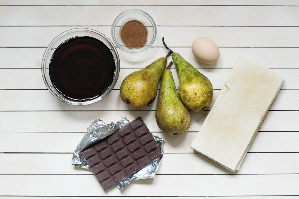 Kriaušės su Vynu ir Šokoladu Sluoksniuotoje Tešloje