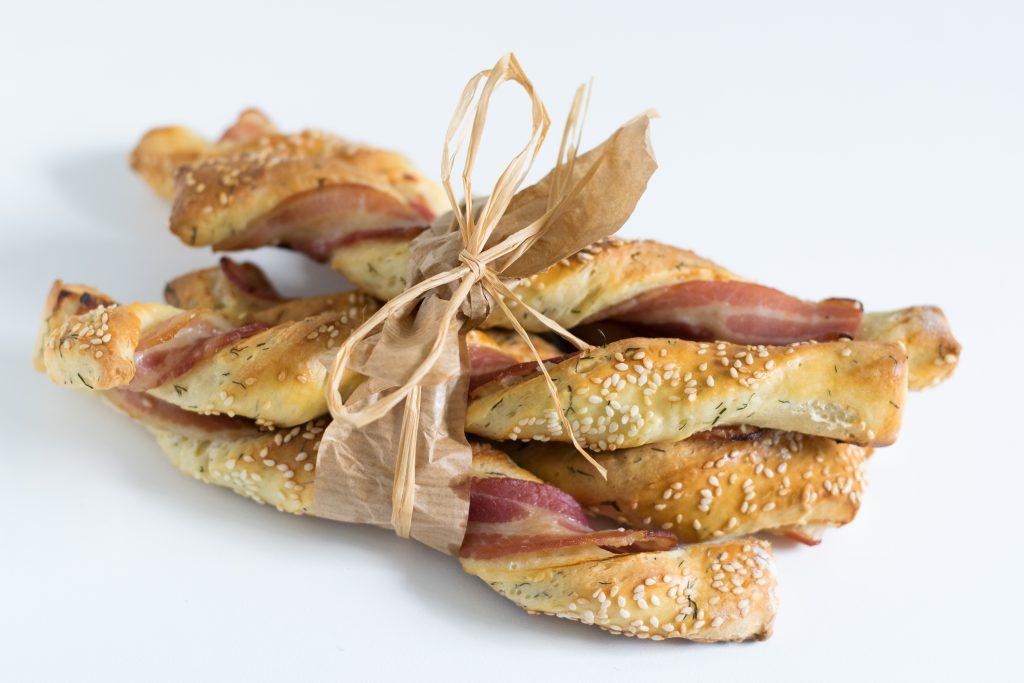 Grissini duonos lazdelės su šonine ir krapais
